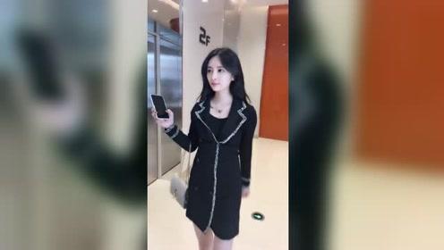 等电梯时,看到一个短裙美女,突然好心动!