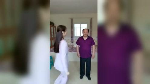 美女跟大叔PK跳舞,一开始美女就被秒杀,大叔舞