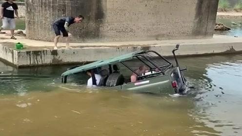 小伙太任性了,直接把车当船开,厉害了!