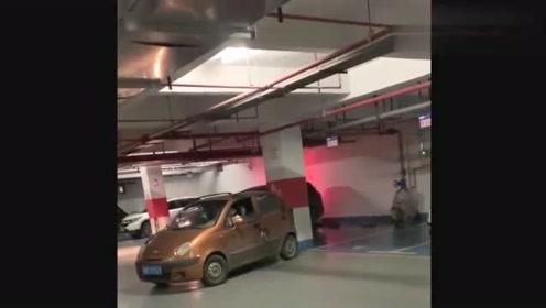 地下车库偶遇一位美女,倒车10分钟没进去,这才是我认识的女司机