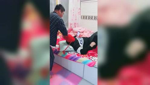 大哥用袜子恶搞老弟,这招太损了,看你媳妇回