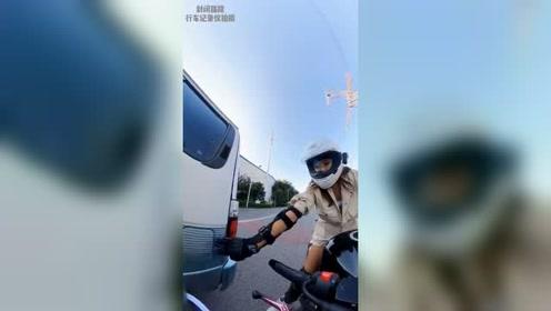 美女骑士帮盖油箱盖,被车主呵斥后,搞笑一幕