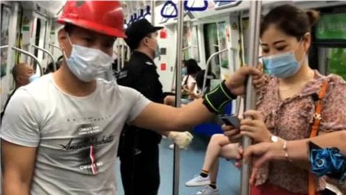 农民工在地铁上遇上尴尬的事,如果是你该怎么做