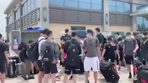 CBA复赛进入第二阶段,各队球员领行李