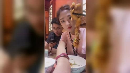 吴小妮开饭了,瞧她吃美食的样子太馋人了,伙食真不错