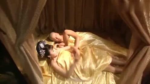 美女半夜醒来,发现自己睡在皇上身边,痛不欲生