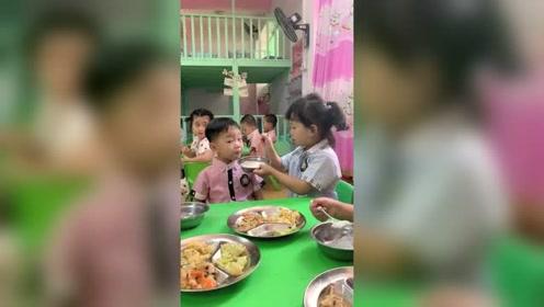 中班开学第一天,老母亲看到老师发来视频,瞬间笑疯了
