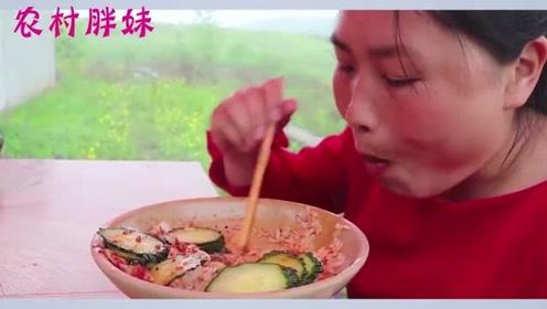 胖妹做川香麻辣口水鸡,3斤肥鸡配上黄瓜片,麻辣又解腻,胖妹做饭有一手