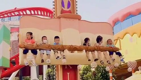这儿童版的跳楼机也太可爱了吧,最右边的小朋
