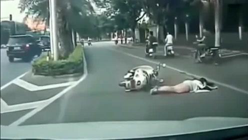 电动车妹子突然摔倒趴在马路上一动不动,记录仪还原了真相
