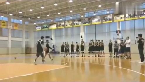 广东云浮独臂少年走进CBA球队与易建联朱芳雨切磋