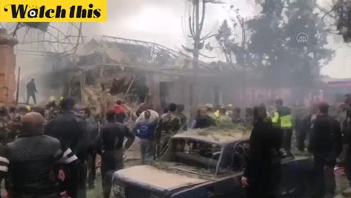 阿塞拜疆公布第二大城市遇袭后视频:街上散落建筑物残骸 汽车房屋陷入火海