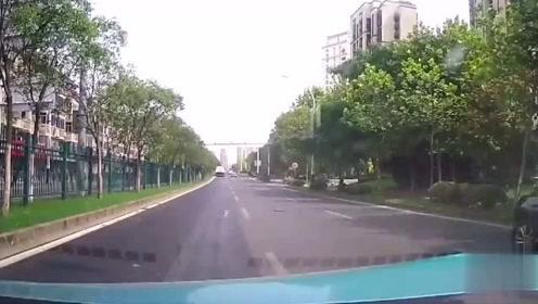 白车司机嚣张并线,一把方向蹭上视频车,师傅内心绝望无比