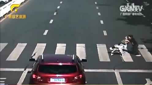司机礼让行人遭后车追尾,路过行人被无情撞飞,监控视频曝光