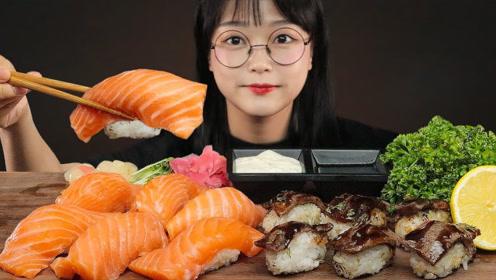 美食二倍速:小姐姐吃三文鱼寿司,牛肉寿司,蘸海鲜汁,太好吃了
