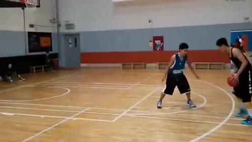 吴悠单挑前cba职业球员郑磊,有得一拼