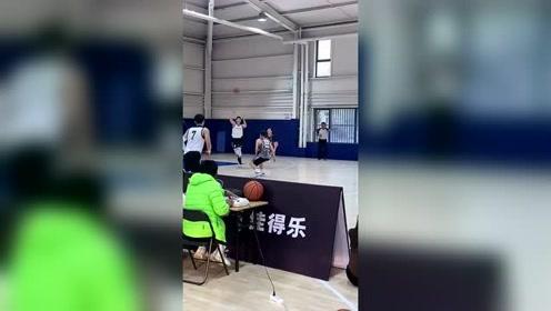 汕头大学唐不凡霸气双手隔扣 01年小将身高2米05