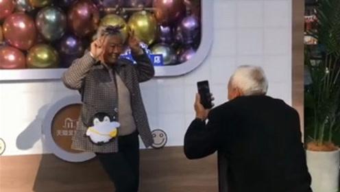 是爱情的模样!杭州老爷爷下蹲20多分钟给奶奶拍照