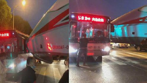 老婆,我搭的公交车和复兴号撞了,不能回来吃饭了!网友一看:是真的!
