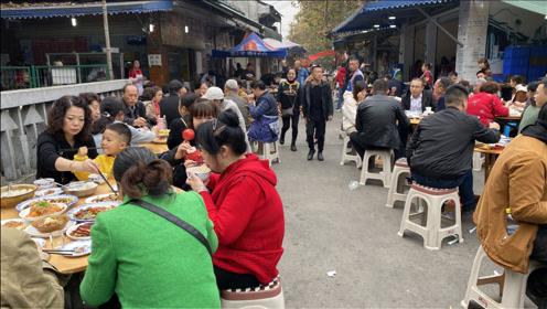 成都最霸气的苍蝇馆子,300张桌子坐满,场面真大,顾客自己端菜