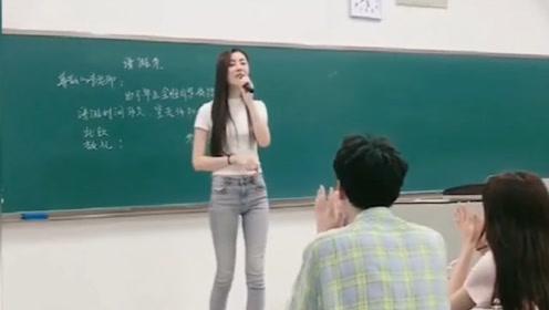 美女老师霸气开唱《潇洒走一回》飒气十足,男同学看的热烈鼓掌