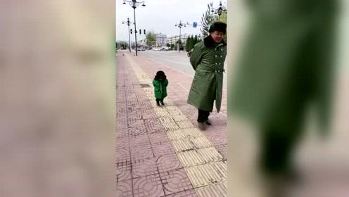 有种冷叫姥爷觉得你冷,姥姥发来的一段视频,我都忍不住笑翻了!