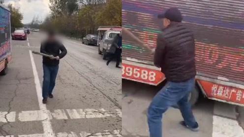 疑行业竞争!山东潍坊两辆广告宣传车被男子当街打砸 女同伴狠踹广告车司机