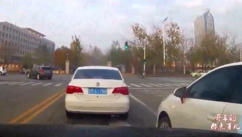 本田司机逆行超车,对向车辆丝毫不让,司机一把方向蹭上视频车