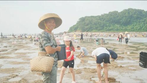 渔村兄弟:碰上农历十五大退潮,上千人出行赶海,场面真壮观