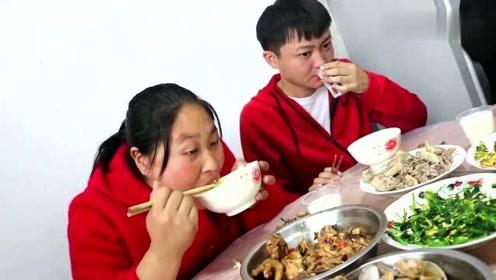 胖妹不想做饭,跑到老表家蹭吃蹭喝,10人围一桌,边吃边喝好开心
