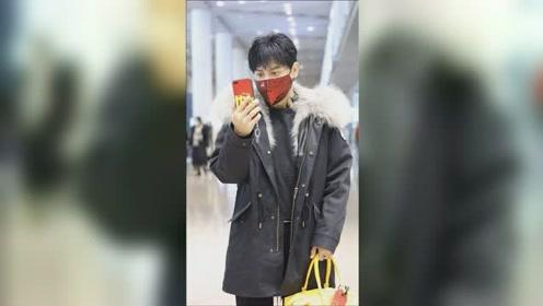 """机场直拍!陈志朋用大红""""中国""""手机壳 当场跟人视频毫无避讳"""
