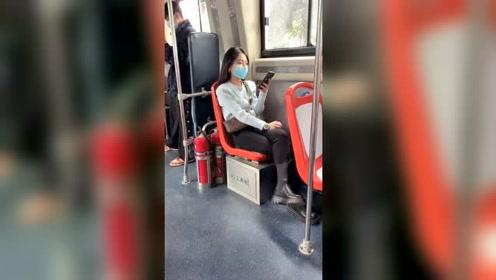 公交上看到一位美女,忍不住多看了两眼,这也