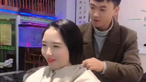 美女来理发店气场高傲貌似被恶搞,这哪里是剪