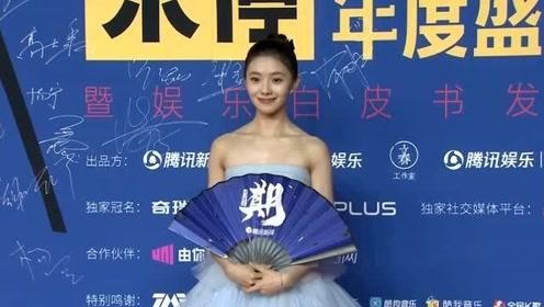 2020腾讯娱乐年度盛典:刘浩存绝美红毯造型,好有灵气