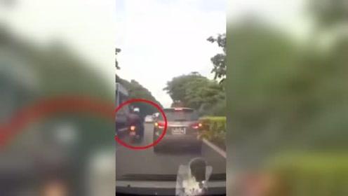 任性飙车瞬间悲剧收场,要不是视频谁会相信这一切!不要命的摩托车