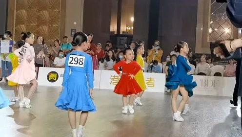 网红小萌娃跳拉丁舞,一招一式有模有样,看完想生娃了