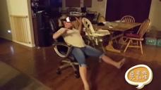 萌妹子体验VR时的反应真是惊天动地呀