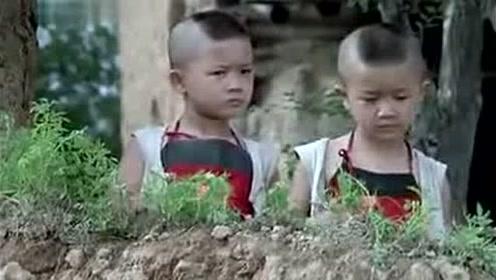 爆笑举起手来,双胞胎小孩智斗鬼子,笑的肚子