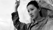 王鹤润格纹外套搭配翻边半裙时髦炫酷,PVC风衣