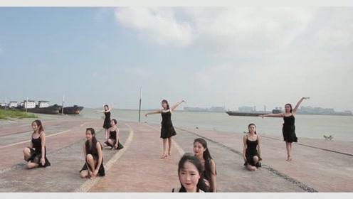 众美女海边练习拉丁舞《Try》,舞步悠扬,舞姿优美