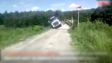 大卡车强行通过危桥 下一秒桥塌了