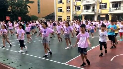 现在孩子们的课间操都跳拉丁舞了?舞技都不错啊!