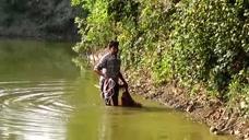 农村大叔出来捕鱼,撒网技术超级棒,收获也很丰盛!