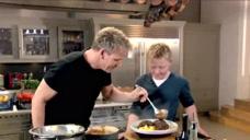 戈登和儿子共同完成家庭大餐,这一家子也太有口福了吧