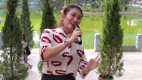 街头女艺人婷婷演唱《潇洒走一回》怀旧歌曲,