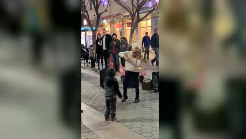 国外街头惊现陶醉音乐的小天使!