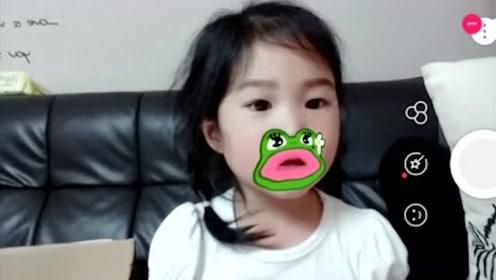 小女儿很喜欢拍搞怪的视频,她还拉着哥哥一起表演童话故事