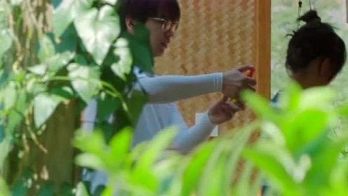 张子枫准备下地干活,彭彭主动帮妹妹喷驱蚊液,这兄妹俩太暖了!