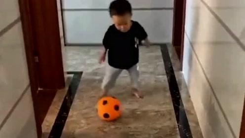 小朋友和老爸踢足球,老爸一个动作笑翻全场,