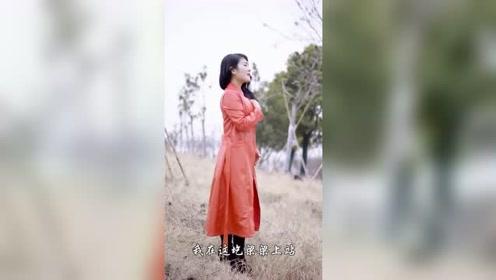 成熟的美女唱歌很好听,嗓音不错人也有品位!